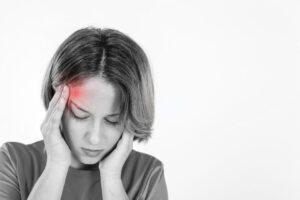 Mujer sufriendo de migrañas